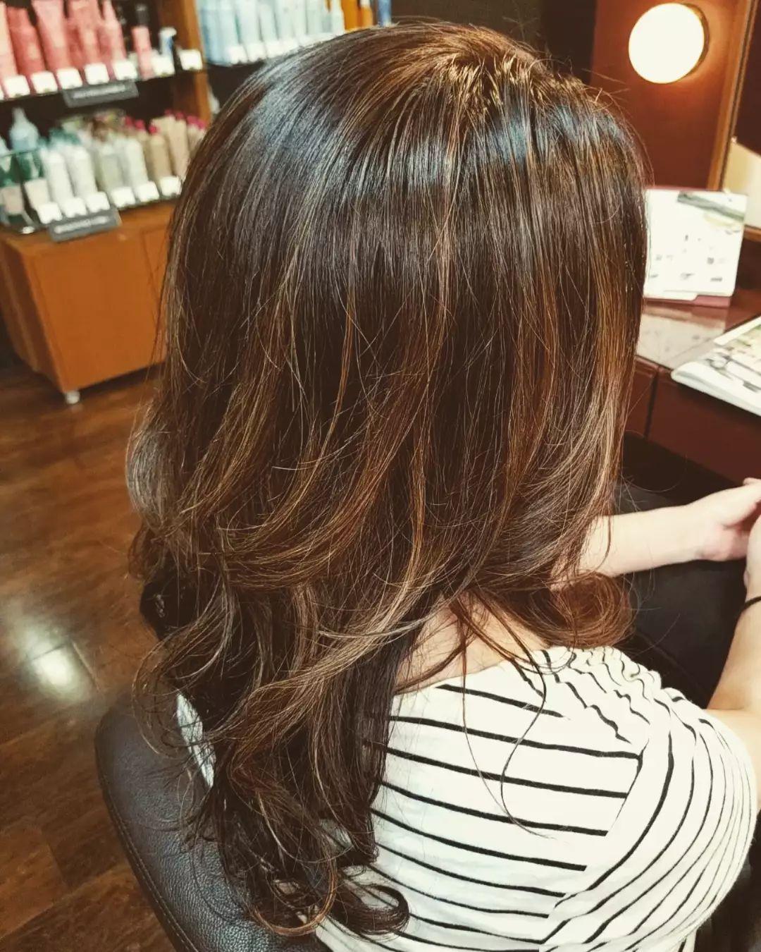 白髪はしっかり染めたいけど、暗くしたくない方に♡定期的にポイントでハイライトをいれていき、徐々に明るくしています!【ブリーチは必須です】ですが…AVEDAカラーなので艶々です♡スタイリスト 井元#宇都宮#美容室#宇都宮美容室#trinity#トリニティ#aveda#avedaサロン#avedaカラー#カラー#カット#エイジング#エイジングケア#ヘッドスパ#トリートメント#オーガニック#オーガニックカラー#アジュバン#クラスs#カスイ#ソーマライト#光ケア#ドクタースカルプ#ヘアビューザー#ヘアビューロン#バイオプログラミング#ダイソン#エアラップ#サイエンスアクア#髪質改善